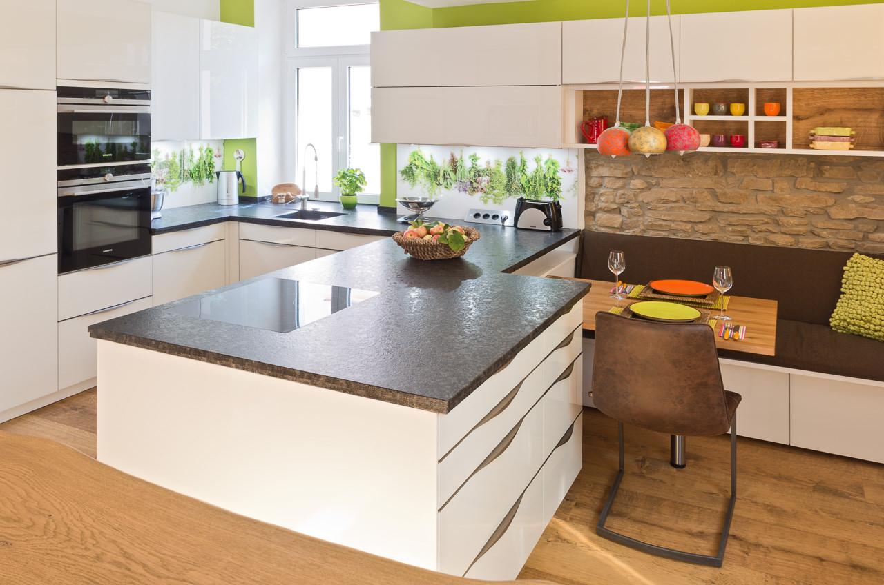 Küche mit edler Glasfront und Granit-Arbeitsplatte - Ihr ...