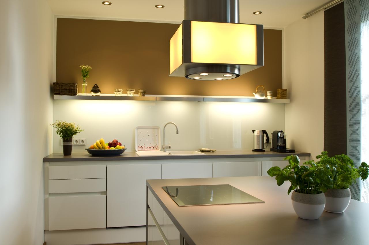 Zeitlos, moderne Grifflos-Küche - Ihr Küchenstudio im Saale-Orla-Kreis